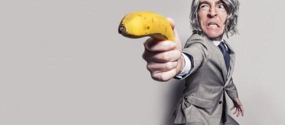 Ein Mann zielt mit einer Banane auf etwas - Vertriebsberatung
