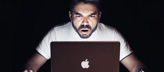 Mann staunt über Vertriebsstatistiken vor Notebook - Vertriebsberatung