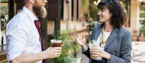 Zwei Menschen führen Small Talk